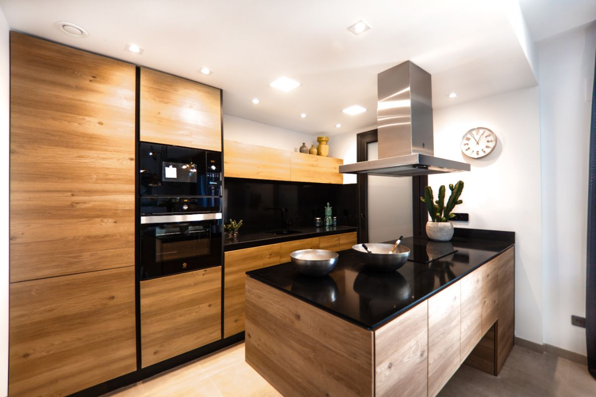 Jak odnowić meble kuchenne, które zostały wykonane z drewna?